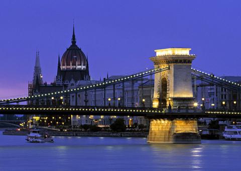 Вид на мост Сечени, на заднем плане здание венгерского парламента