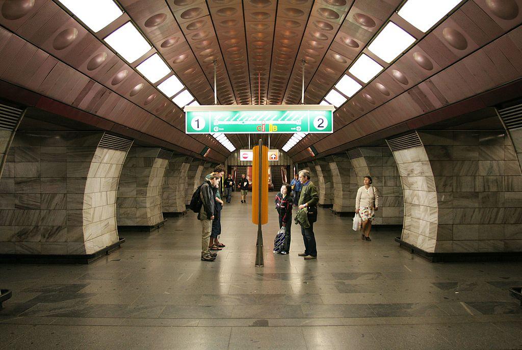 Станция метро Estación de Flora, Прага.jpg