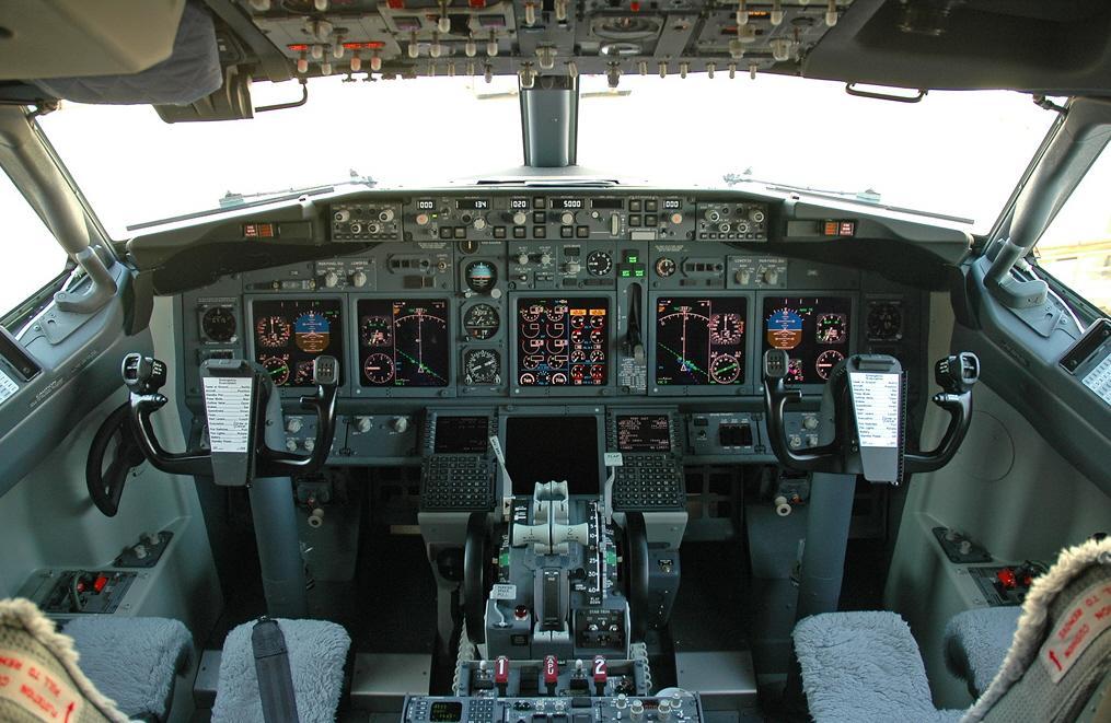 Электроника самолета становится все более совершенной и скоро заменит собой пилотов.jpg