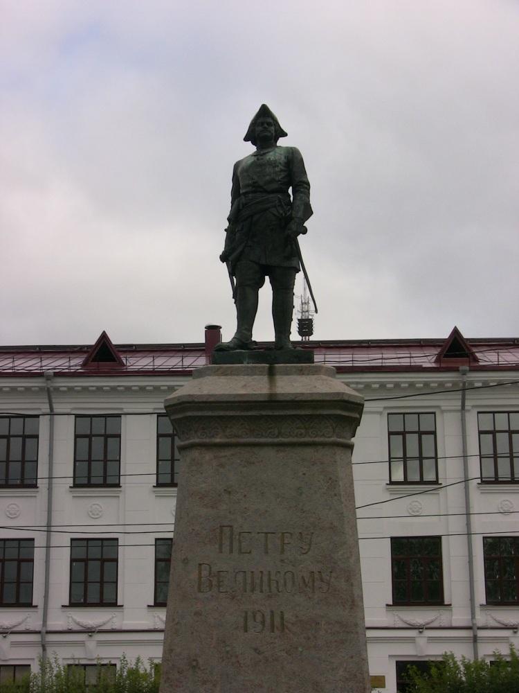 Тот самый Петр 1, с 500 рублевой купюры. Император несколько раз приезжал в Архангельск осматривать флот