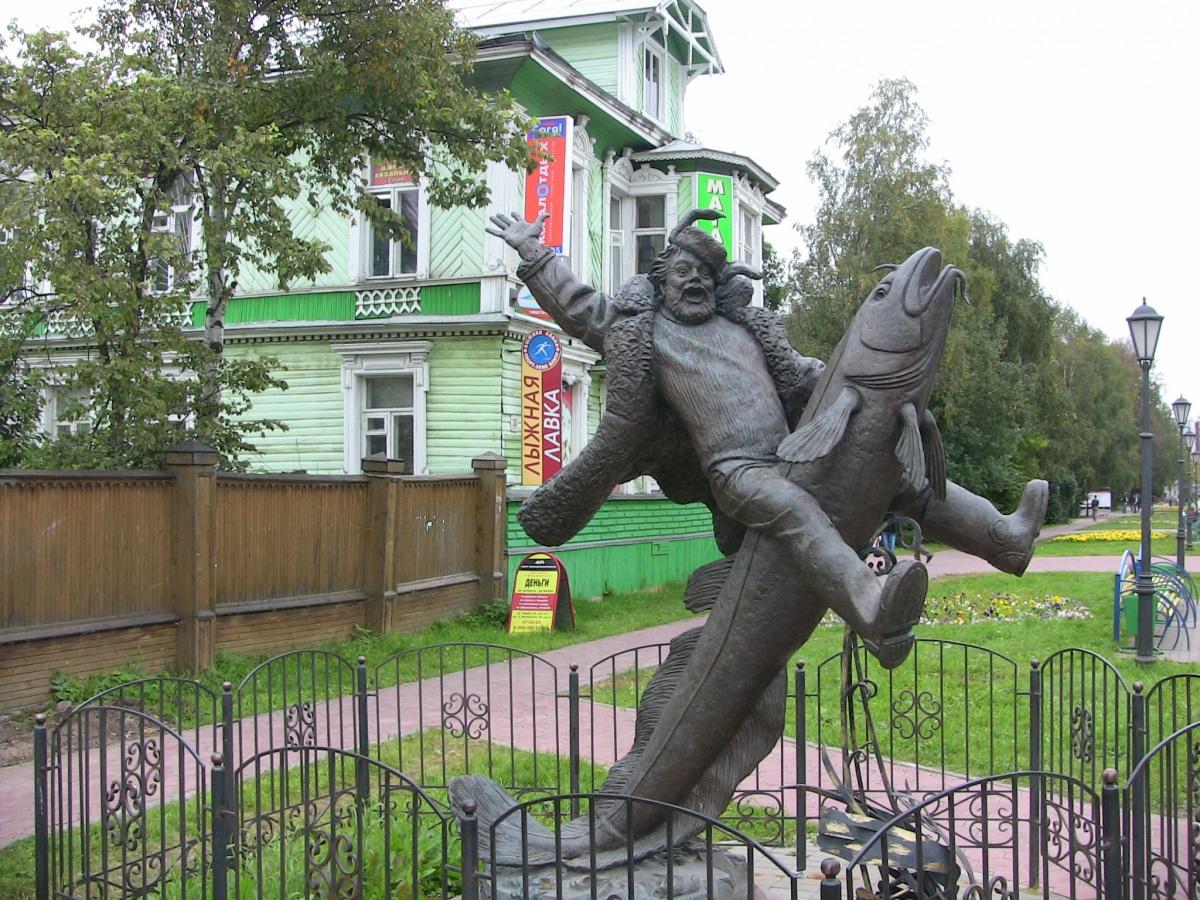 Нет это не памятник Емеле, это памятник архангельскому мужику.