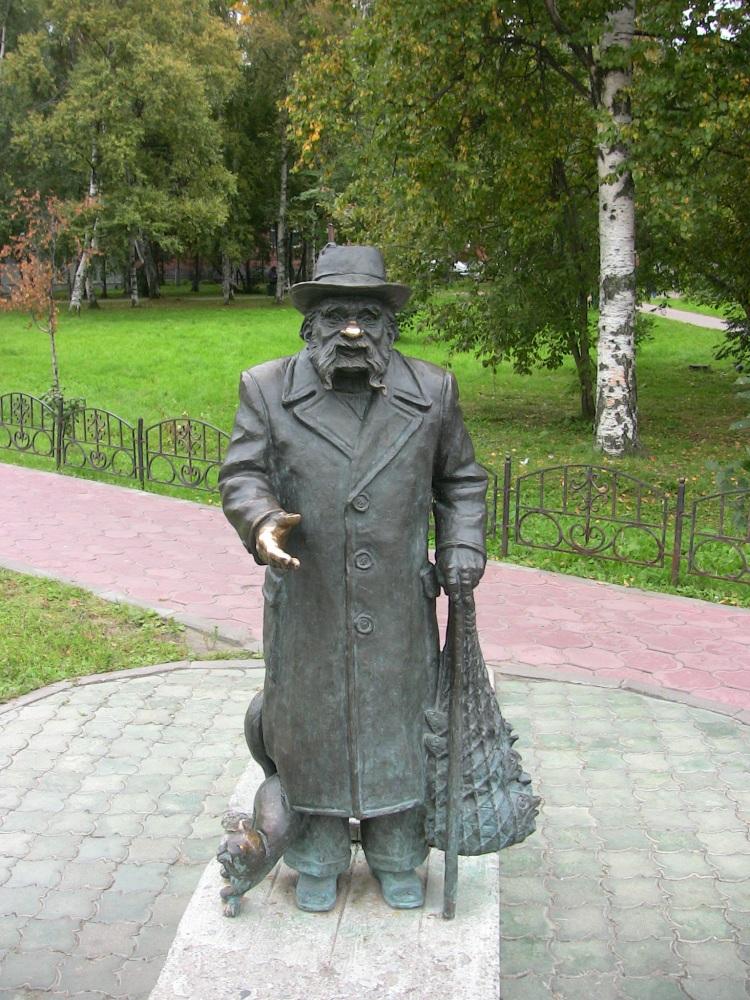'Житель' проспекта Чумбарова-Лучинского. Существует поверье, что если загадать желание и пожать руку этому сказочному персонажу или потереть нос - оно сбудется. Наверное поэтому ладонь и нос мужичка отполированы до блеска.
