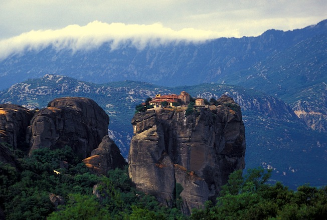 13. Монастыри Метеоры на вершинах скал.jpg
