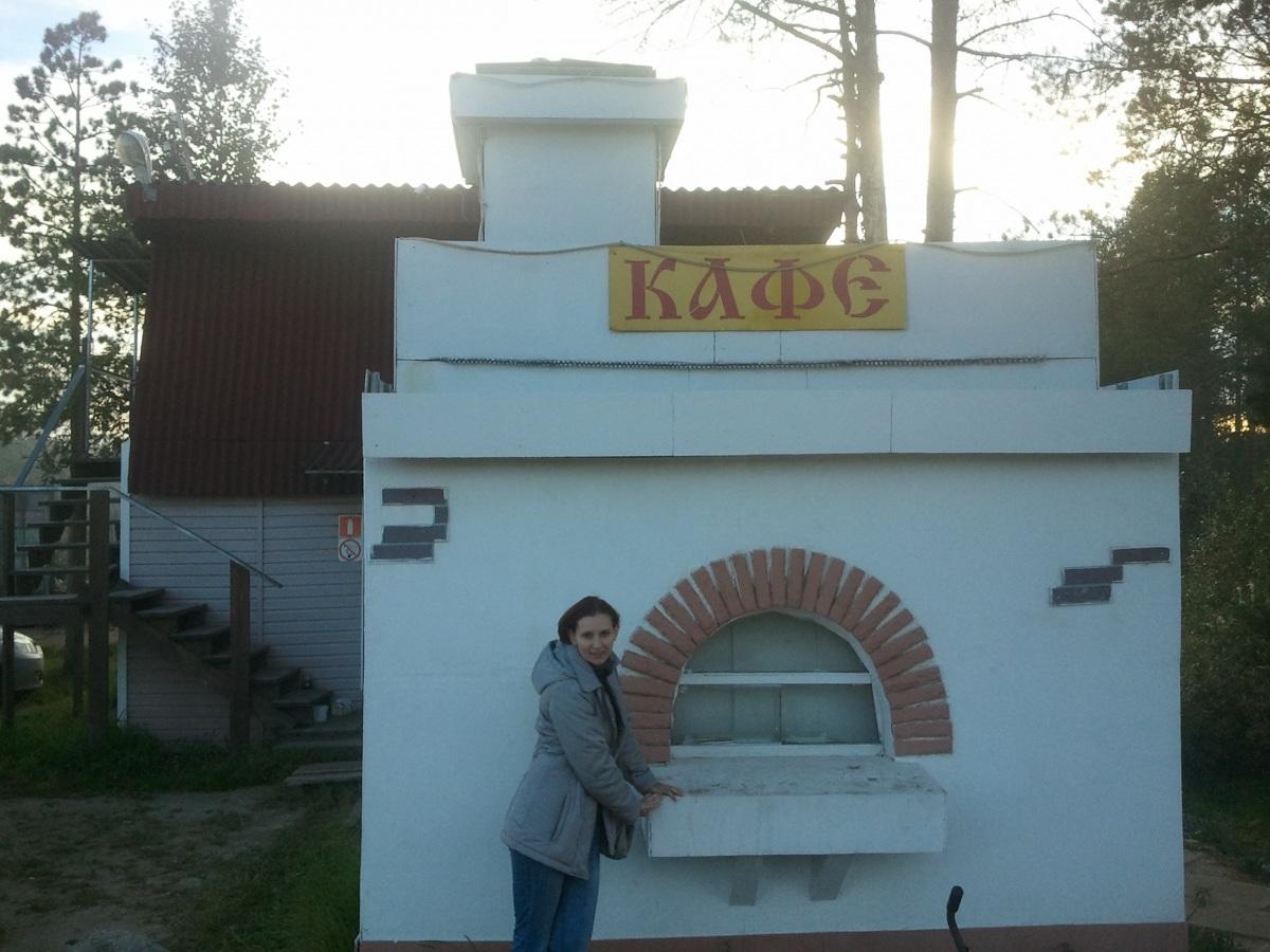 В этом оригинальном кафе стиллизованом под русскую печь нас довольно вкусно накормили.jpg