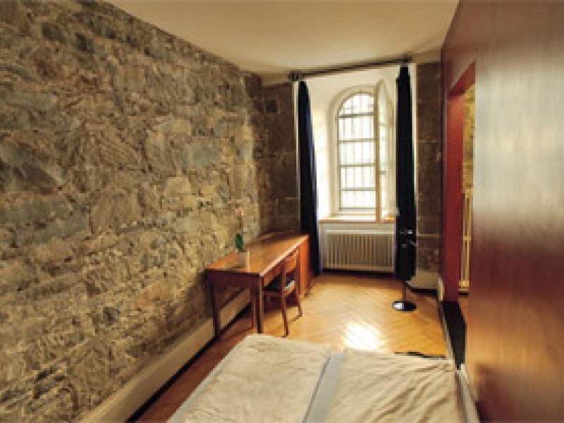 В отеле Jailhotel Loewengraben путешественников размещают в камерах бывшей тюрьмы.jpg