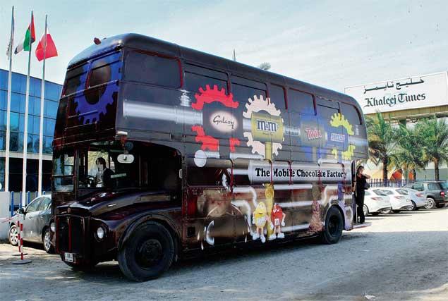 Автобус с шоколадными угощениями начал курсировать по улицам Дубая и Абу-Даби.jpg