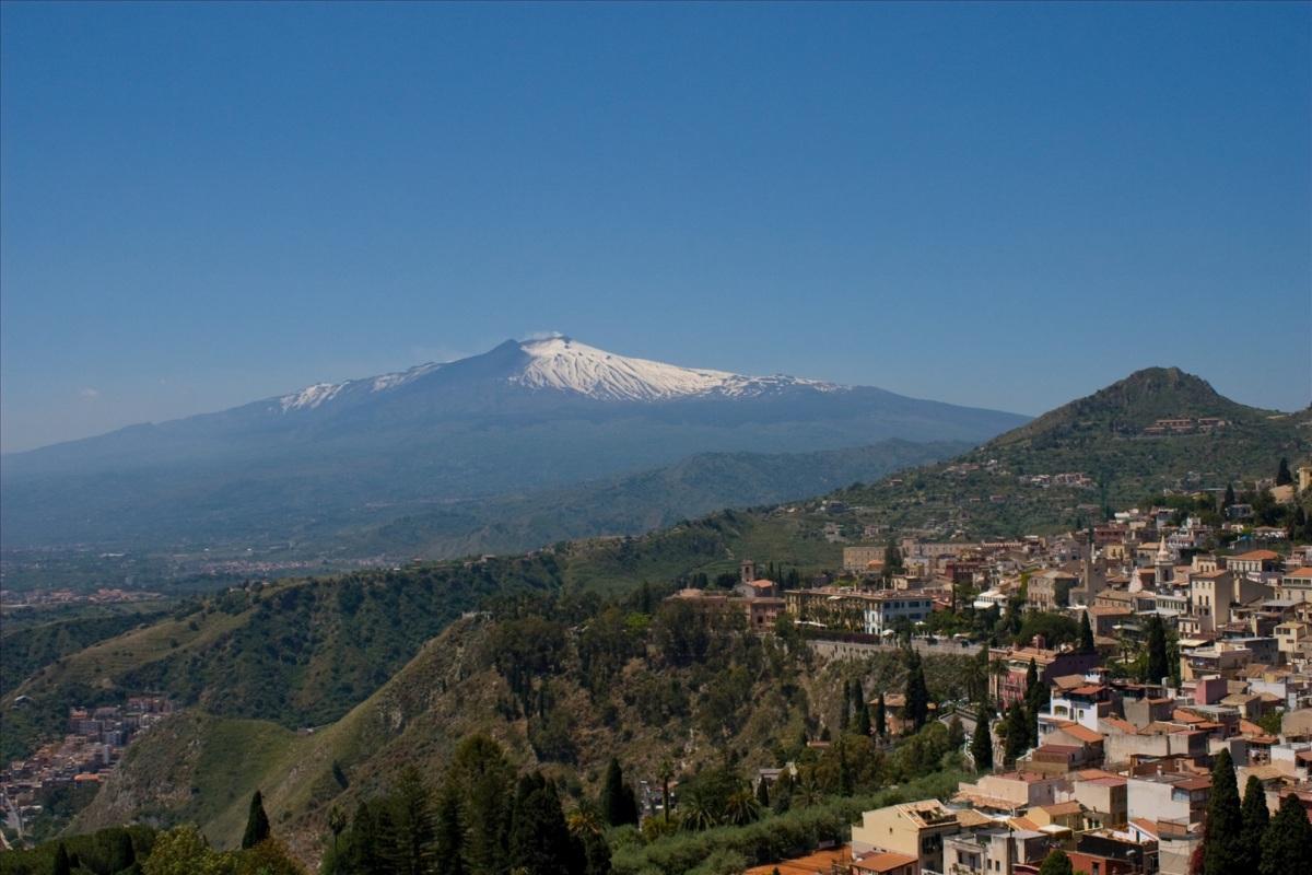 Таормина, вид из окна на вулкан Этна.jpg