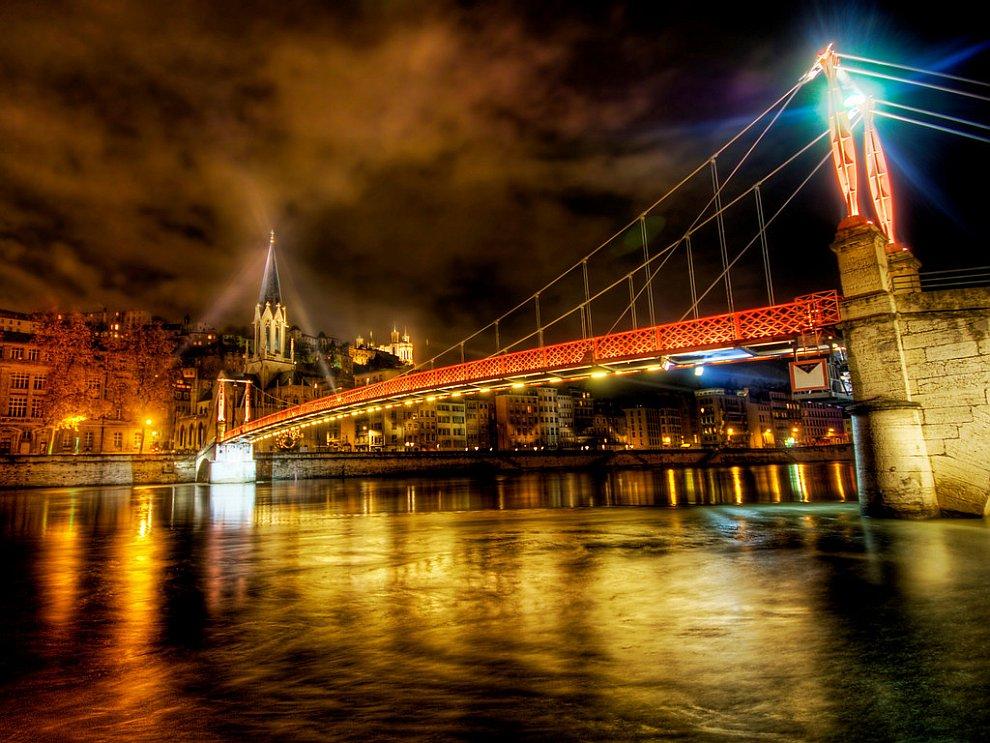 Река во французском городе Леон.jpg