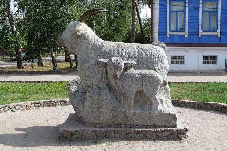 Памятник козе, Урюпинск.jpg