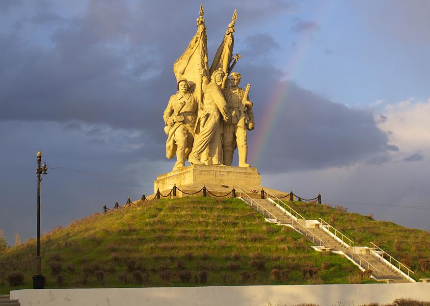 Памятник соединению фронтов.jpg