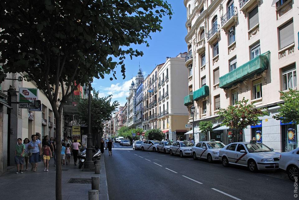 На Калле Майор первые этажи всех домов заняты магазинами и ресторанчиками.jpg