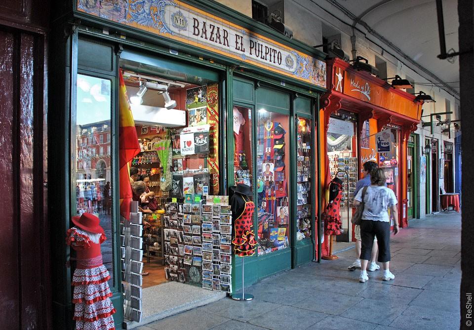 Повсеместно можно найти и сувенирные магазинчики.jpg
